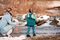 Familie auf Winterspaziergang am Fluss