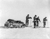 Scott´s Antarctic expedition. Historical image of the team of the Terra Nova Expedition pulling a sled on their way to the South Pole. The Terra Nova ...