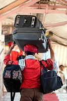 Head_loading porter carrying luggage at Jaipur Junction train station in JaipurJaipur, Rajasthan, India. áAsia.á