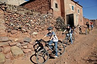 MOUNTAIN BIKING AROUND THE BERBER VILLAGE OF TAHANAOUTE, SPORTS ACTIVITY AT THE DOMAINE DE TERRES D'AMANAR, AL HAOUZ, MOROCCO