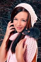 Mädchen mit dunkelgrauer Ratte