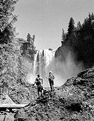 USA, Washington State, Snoqualmie, Snoqualmie Falls, tourist looking on view