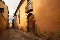In the district of Segovia Canonjías, so called because originally the residence of the canons in Segovia, we can find some of the few examples of Rom...