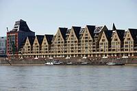 Historisches Lagerhaus Siebengebirge, zu modernen Wohnbauten umgenutzt, Wasserseite