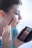 woman putting eye shadow