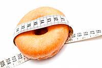 grupo de donuts rodeados por una cinta metrica