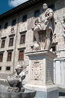 Italy, Tuscany, Pisa, Piazza dei Cavalieri, Statue Cosimo I Medici Background Palazzo della Carovana Scuola Normale University