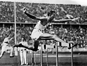 sports, Olympic Games 1936, Berlin, athletics, 400 metres hurdles, winner Glenn Hardin USA, collecting picture,