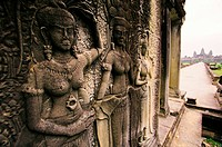 Carved Apsara statues adorn the entrance to Angkor Wat´s main temple.