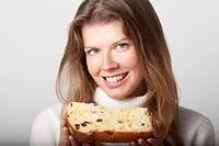 donna che mangia una fetta di panettone artigianale
