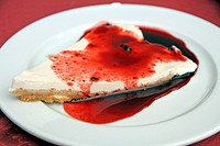 Cheese cake with strawberries soup