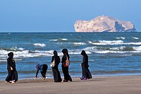 VEILED OMANI WOMEN ENJOYING THE BEACH IN MUSCAT, GULF OF OMAN, SULTANATE OF OMAN, MIDDLE EAST