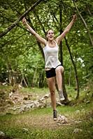 ragazza che salta in un bosco
