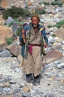 Man holding a prayer mill, near Sisir La, Zanskar, Ladakh, Indian Himalayas, Jammu and Kashmir, northern India, India, Asia