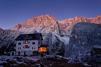 Mountain shelter, evening mood at the Rifugio Zsigmondy_Comici, Mt Cima Undici in the back, Hochpustertal valley or Alta Pusteria, Sexten, Dolomites, ...
