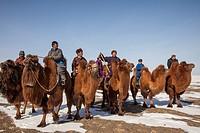 Spectators, Bactrian camel race, 25km across winter landscape of Gobi desert during Bulgan´s ´festival of a thousand camels´ , Mongolia