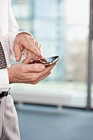 Close up of businessman´s hands using smart phone