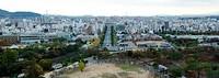 Panorama der Stadt Himeji im Herbst mit vielen bunten Bäumen / Himeji city in autumn with many colorful trees