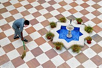 Employee swepting the courtyard, Heritage Hotel Laxmi Vilas Palace, Bharatpur, Rajasthan, North India, India, Asia