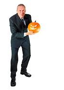 Kämpferischer Geschäftsmann mit Halloween_Kürbis
