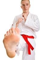 Junger Mann zeigt einen Taekwondo_Tritt