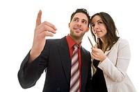 Zwei junge Geschäftsleute zeigen lachend gemeinsam in die gleiche Richtung Model r.: Dimitra Vlahou _ Model l.: Kosta Lales