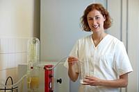 Apothekerin destilliert Flüssigkeiten im Labor
