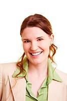 Lachende junge Geschäftsfrau schaut in die Kamera
