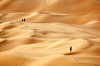 Red sand, tourists climbing the sand dunes that may get over 200 meters high, in the desert Rub´al_Khali or Empty Quarter, Abu Dhabi, United Arab Emir...