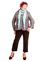 Modische ältere Frau präsentiert Kleidung