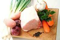 Schweinefleisch und Gemüse als Speise vorbereiten