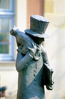 sculpture of a men with hat and a cat on his sholder placed in Bamberg