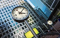 England, London, Canary Wharf. Six Public Clocks by Konstantin Grcic, based on the iconic Swiss railway clock. The clocks have become an iconic Canary...