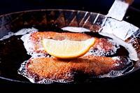Wiener Schnitzel in einer Eisenpfanne
