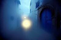 Eine Gasse in der Altstadt von Sidi Bou Said in der Daemmerung am Mittelmeer und noerdlich der Tunesischen Hauptstadt Tunis.