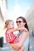 Mutter und Tochter Portrait im Freien