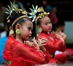 Traditionelle Taenzerinnen tanzen in einem Park in Chiang Mai im Norden von Thailand.