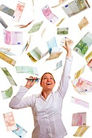 Lachende Frau fängt Euro_Banknoten im Geldregen
