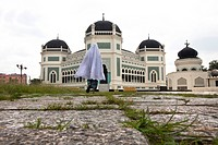Muslim pilgrim in front oft he Grand Mosque in Medan, capital of Sumatra Utara province, Island of Sumatra, Indonesia, Southeast Asia