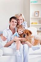 Familie und Chow_Chow Hund in der Wohnung