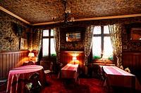 Ein Hotel und Restaurant im Traditionellen Weindorf Turckheim an der Weinstrasse im Elsass im osten von Frankreich.