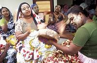Eine Frau auf der Insel Anjouan der Inselgruppe Komoren im Indischen Ozean in Ostafrika.. Urs Flueeler