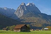 Heuhütten vor den Gipfeln des Wettersteingebirges in Garmisch