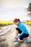 USA, Washington, Skagit Valley, Woman exercising in rural area