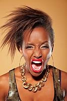 Wütende junge Afrikanerin mit roten Lippen schreit laut