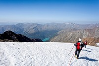 Hikers descending from Similaun mountain, on Niederjochferner glacier in the Schnalstal valley above the Fernagt reservoir, province of Bolzano-Bozen,...