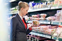 Woman shopping in a supermarket (thumbnail)