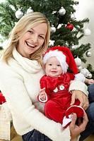 baby im santa claus kostüm mit mutter