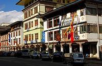 Geschäftsstrasse im Stadtzentrum von Thimphu, Bhutan / Shopping street in the centre of Thimphu, Bhutan