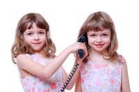 Zwillinge telefonieren